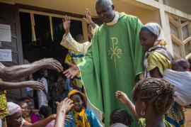 Padre Xavier-Arnauld Fagba ha accolto nella sua parrocchia 700 musulmani
