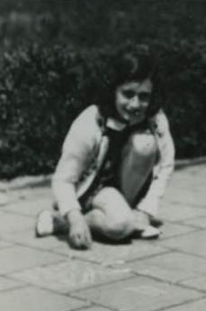 Anna Frank gioca con le biglie