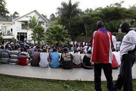 Ruandesi riuniti presso il Memoriale del Genocidio a Kigali