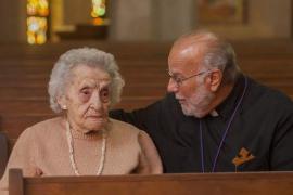 Ramela Carman con il sacerdote della chiesa di St. Sarkis a Detroit (foto di David Guralnick/The Detroit News)