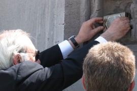 Pietro Kuciukian depone la terra tombale nel muro di Yerevan (Foto di