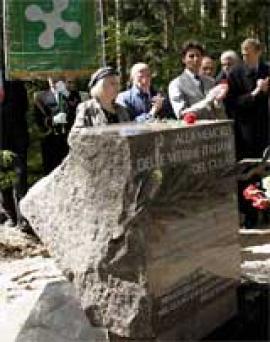 La lapide dedicata alle vittime italiane nel Cimitero Memoriale di Levashovo