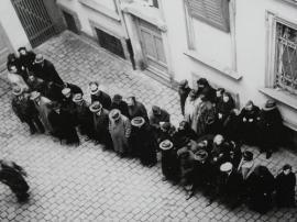 Gruppo di ebrei in arresto prima della deportazione