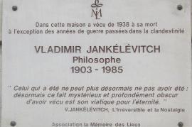 Targa che ricorda il filosofo Jankélévitch al centro del libro (fonte Wikicommons)