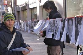 Giorno della memoria a Trento: studenti appendono foto delle vittime della Shoah su un nastro che attraversa la città (di Candido 33)