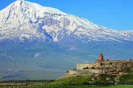 Il monastero armeno di Khor Virap al confine con la Turchia e il Monte Ararat sullo sfondo