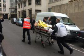 """Un dipendente di """"Charlie Hebdo"""" portato via in barella"""