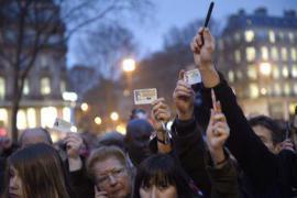 Manifestanti a Parigi brandiscono le matite, simbolo della libertà di satira