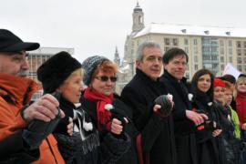 Dresda 2010, un'immagine della catena umana contro il corteo neonazista
