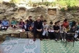 Gabriele Nissim insieme ai bambini di Neve Shalom