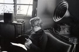 Václav Havel mentre legge la lettera a Gustáv Husák, Hrádeček 1975 foto (c) Oldřich Škácha – eredi