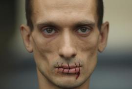 Petr Pavlensky con la bocca cucita per le Pussy Riot, a rischio di GULag