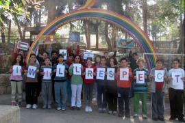 I bambini di Neve Shalom sotto un arcobaleno, con le bandiere delle due nazioni