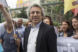 Can Dundar, direttore del quotidiano turco Cumhuriyet, rischia una pena di sette anni e mezzo