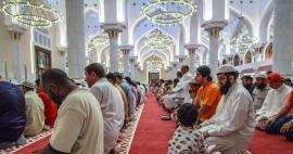 Fedeli musulmani in preghiera per la pace