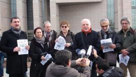 I firmatari della dichiarazione di auto-accusa in solidarietà con i giornalisti Dündar e Gül