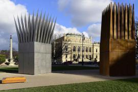 Il monumento in ricordo dell'immolazione di Jan Palach davanti al teatro Rudolfinum di Praga in piazza Jana Palacha