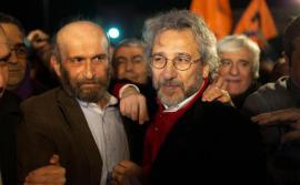 Erdem Gül e Can Dündar parlano alla stampa dopo il loro rilascio dal carcere di Silivri