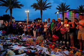 La fiaccolata in onore delle vittime di Orlando