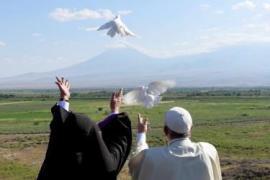 Papa Francesco e il patriarca armeno Karekin II al monastero di Khor Virap,