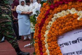 Momento della cerimonia funebre a Dacca