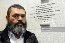 Il Rabbino di Tunisi Benjamin Hattab accanto a una targa che ricorda suo figlio Yoav