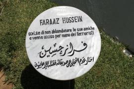 Il cippo dedicato a Faraaz Hussein nel Giardino di Tunisi