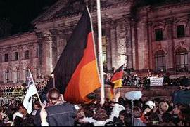 """La notte tra 2 e 3 ottobre 1990 bandiere """"dell'unità tedesca"""" davanti al Reichstag"""