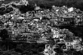 Uno dei paesi distrutti dal terremoto dell'Irpinia, novembre 1980, foto di Sergio del Grande