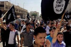 Sostenitori dello Stato Islamico con bandiere di al Qaida a Mosul, Iraq