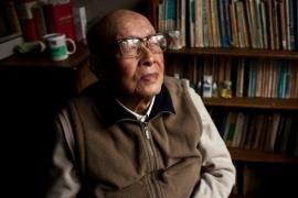 Zhuo Youguang nel suo appartamento pieno di libri