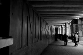 """La scritta """"Indifferenza"""" al Memoriale della Shoah di Milano"""