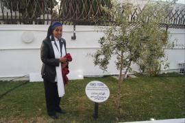 Alganesh Fessaha scopre il suo cippo nel Giardino di Tunisi