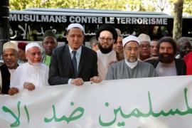 Lo scrittore Marek Halter (primo a d.) e l'imam Hassen Chalghoumi (terzo a s.), Parigi