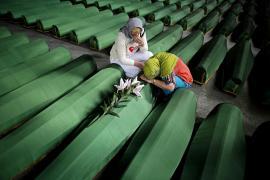 Due donne piangono sulle bare dei loro congiunti uccisi a Srebrenica