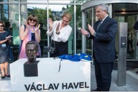 Da sinistra: la scultrice Marie Šeborová, Dagmar Havlová, vedova del presidente Havel, e Antonio Tajani, presidente del Parlamento europeo
