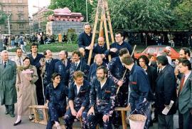 I quindici deputati insieme a Černý davanti al carro armato appena ridipinto di rosa