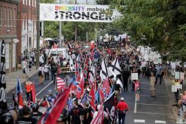 """I nazionalisti bianchi, i neonazisti e i membri dell'estrema destra che hanno marciato in direzione di Emancipation Park durante la manifestazione """"Unite the Right"""" a Charlottesville, Va."""