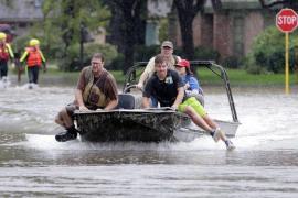Cercando residenti intrappolati per l'alluvione a Klein, sobborgo di Houston, lo scorso lunedì.