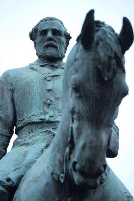 La statua del generale sudista Lee al centro di Emancipation Park a Charlottesville, Virginia