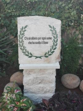 La stele posta nel giardino della Residenza dell'Ambasciatore d'Italia ad Amman