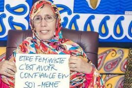 """Aminetu Mint al-Moctar con la scritta """"essere femministe significa avere fiducia in se stesse"""""""
