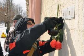 Membri dell'associazione Last Address collocano le targhe sulle case delle vittime dello stalinismo