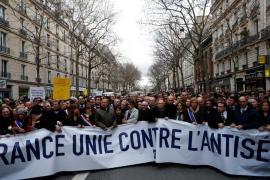 Lo striscione della manifestazione del 28 marzo a Parigi