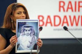Ensaf Haidar con la foto del marito Raif