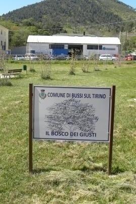 La targa all'ingresso del Bosco dei Giusti