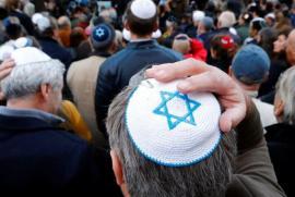 Ebrei tedeschi manifestano con la kippah sul capo, simbolo di integrazione nella Germania di oggi