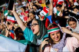 La prima volta delle donne iraniane allo stadio, per ora davanti a un maxischermo