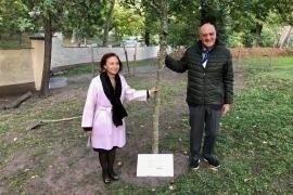 Enza Nunziato e Gabriele Nissim davanti all'albero per Edelstam