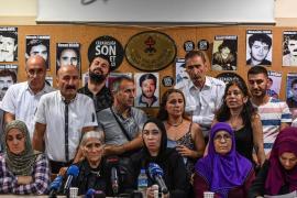 La conferenza stampa delle Madri del Sabato. Emine Ocak è la seconda da sinistra, seduta